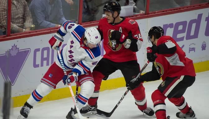 """Skarbais hokejs! """"Rangers"""" spēlētājam pēc pretinieka sitiena ar nūju nākas no ledus pacelt savu izsisto zobu"""