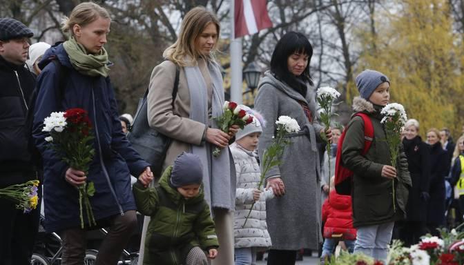 Latvijas 101.gadadienā amatpersonas un iedzīvotāji noliek ziedus pie Brīvības pieminekļa
