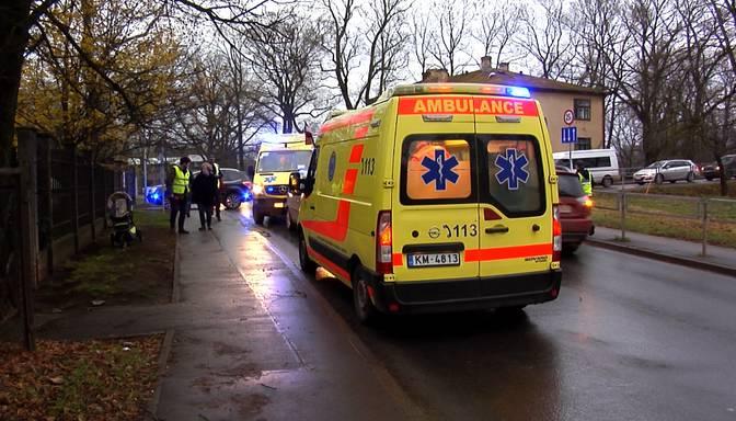 Autovadītājs Rīgā notriec omīti un viņas mazbērnus