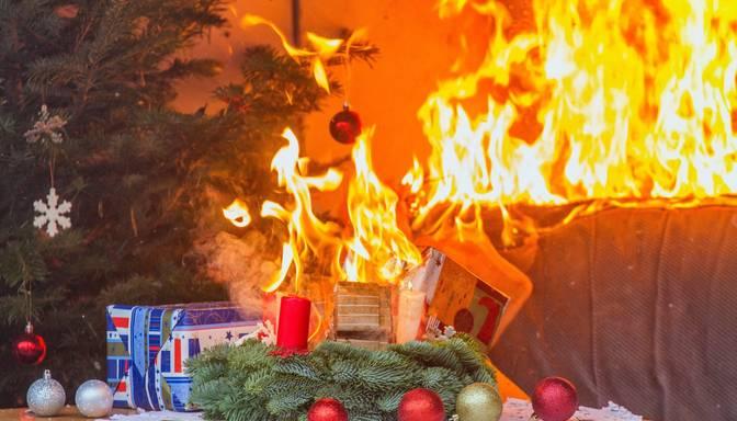 Melnā statistika: Ziemassvētku vakarā dzēsti desmit ugunsgrēki