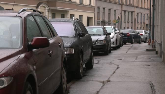 Piedzēries vīrietis Rīgā ar rokām un kājām sadauza 19 automašīnas