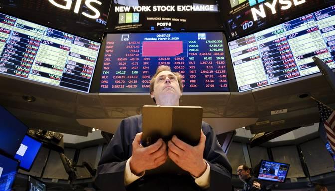 "Naftas cenu kritums izraisa ""Melno pirmdienu"" koronavīrusa skartajos akciju tirgos"