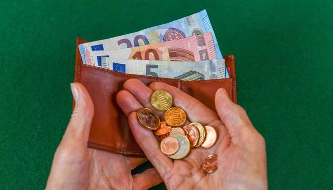 Vāc parakstus par minimālās algas celšanu līdz 630 eiro