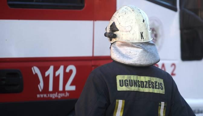 Suntažos izcēlies paaugstinātas bīstamības ugunsgrēks kokzāģētavas ēku kompleksā