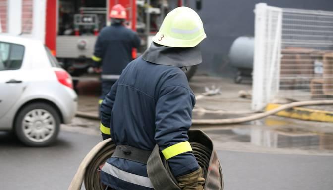 Ugunsnelaimē Rīgā cietis ugunsdzēsējs