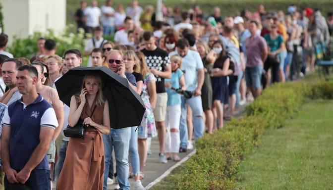 Baltkrievijā vēlēšanu iecirkņos lielas rindas; CVK priekšsēdētāja to dēvē par opozīcijas provokāciju