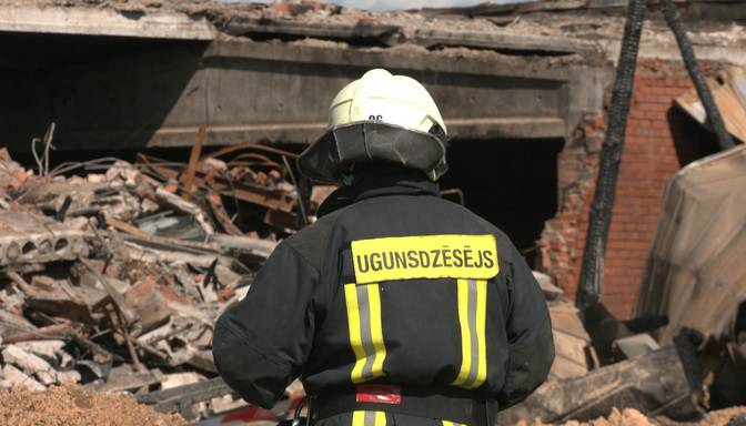 Izmeklēs nelaimes gadījumu ar diviem cietušiem glābējiem ugunsgrēkā Suntažos