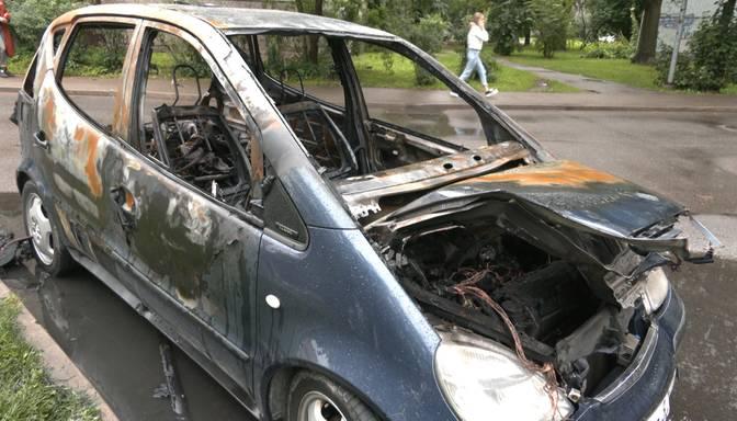 """""""Dega pilnā sparā!"""" Nakts aizsegā Rīgā pēdējo dienu laikā sadeg divi """"Mercedes"""" spēkrati"""