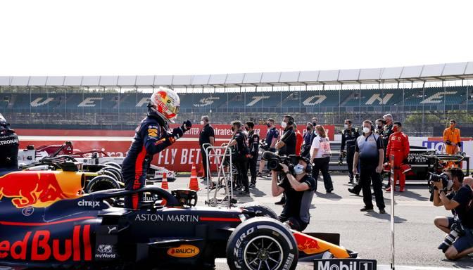 """Verstapens apsteidz abus """"Mercedes"""" braucējus un izcīna karjeras devīto uzvaru"""