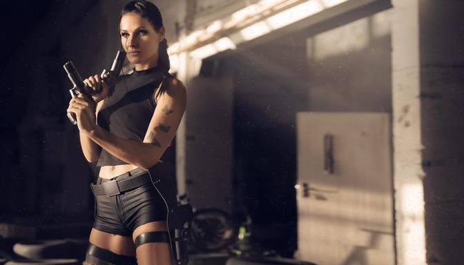 Seksīgi foto: fitnesa skaistulīte Dālija Gaile pārtop par filmu varoni Laru Kroftu