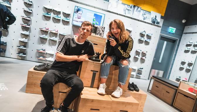 """Foto: ar modīgāko slavenību klātbūtni atklāts lielākais """"adidas"""" veikals Latvijā"""