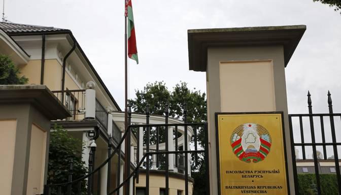 Baltkrievijas prezidenta vēlēšanu dēļ pie vēstniecības Rīgā izveidojusies rinda