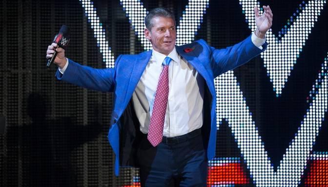 74 gadus vecais WWE boss bez problēmām nolec no trīs metrus augstas platformas