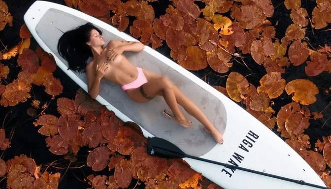 Fitnesa skaistulīte Dālija Gaile sauļojas, izgūlusies uz SUP dēļa