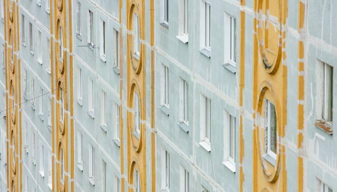Traģēdija Jelgavā: izkrītot pa astotā stāva logu, gājis bojā mazulis
