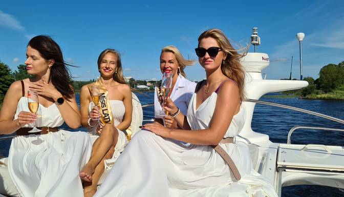 Foto: Latvijas skaistākās precētās sievietes atpūšas uz jahtas
