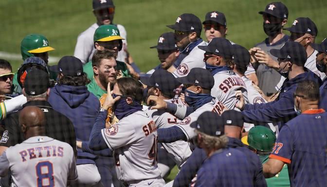 Pārkāpts katrs ar Covid-19 saistītais noteikums – beisbola mačā izceļas pamatīgs juceklis