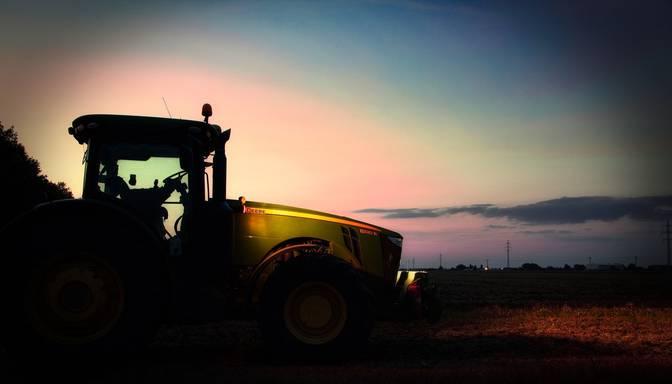 """Pārgalvīgs autovadītājs izraisa traktora un """"mikriņa"""" avāriju; policija meklē aculieciniekus"""