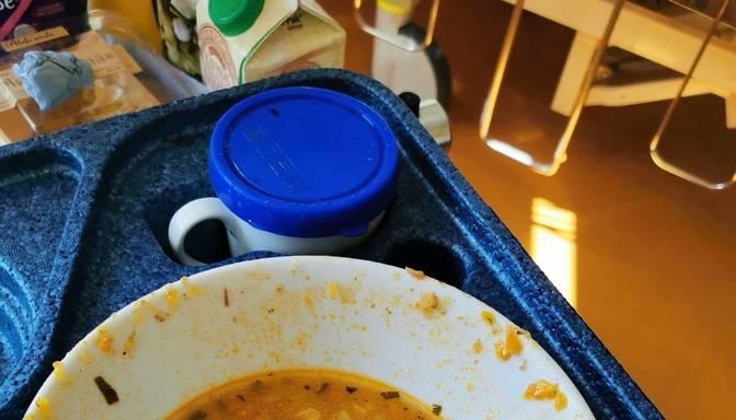 Slimnīcā ēdienu pasniedz netīros traukos!
