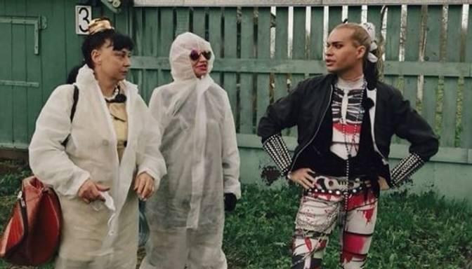 Neparasts ģimenes modelis Krievijas šovbiznesā: kārdinošais Gogens aplaimo uzreiz divas seniores