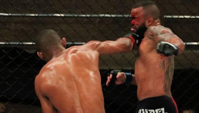 Brutāls nokauts MMA būrī – brazīlietis Santoss nokrīt kā nopļauts