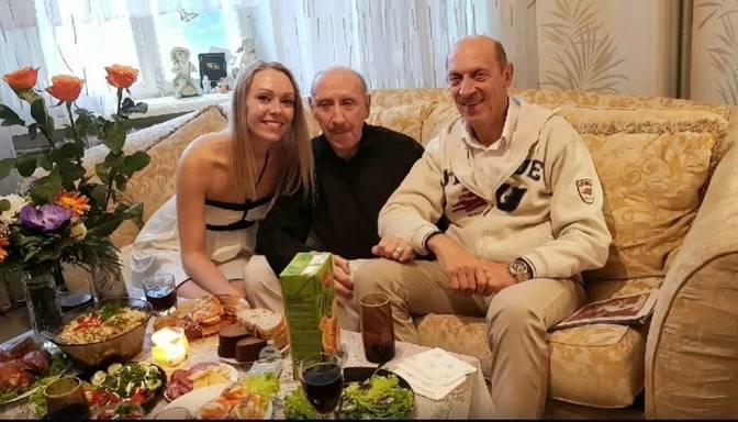 Mīļš video: Rūdolfs Plēpis ģimenes lokā nosvinējis 70. dzimšanas dienu