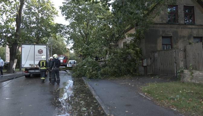 Vētrā Latvijā cietušas vismaz 30 automašīnas