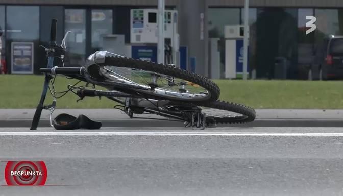 Lubānas ielā krustojumā riteņbraucēju smagi notriec auto; bez mediķu iejaukšanās neiztiek