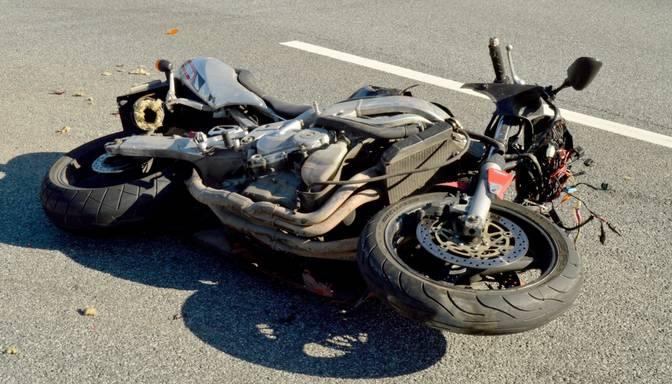 Traģēdija Daugmalē: motocikla un mikroautobusa sadursmē gājis bojā cilvēks