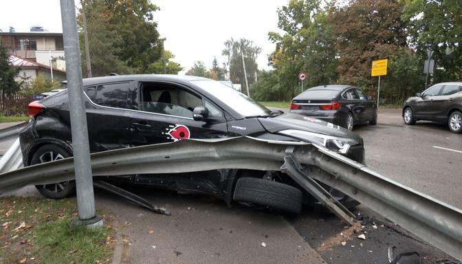 """Sānos lielā ātrumā iebrauca """"BMW""""! Ceļā uz lidostu nomas spēkrata vadītājs iekļūst nopietnā avārijā"""