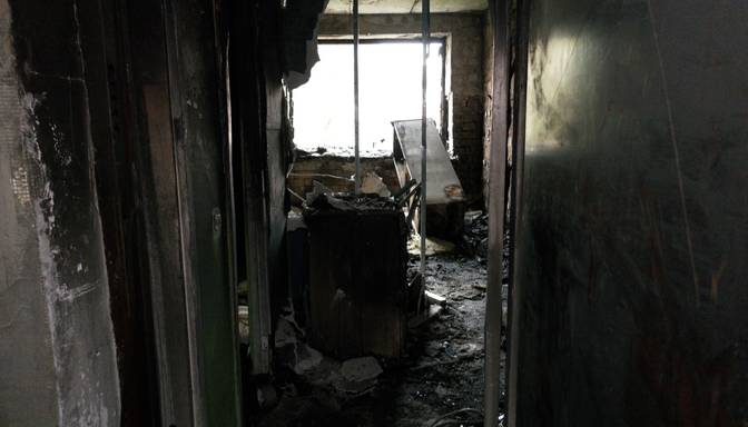 """""""Kaut kādi sprādzieni bija!"""" Ugunsgrēks Iļģuciemā iznīcina dzīvokli"""