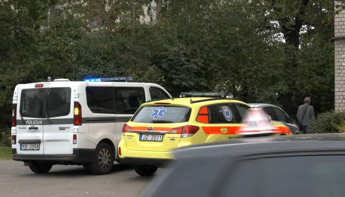Pie daudzdzīvokļu mājas Rīgā atrod smagi ievainotu vīrieti