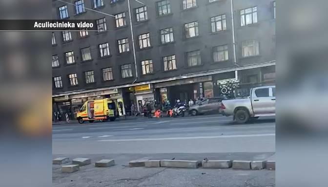 """""""Bez jebkāda redzama iemesla izskrēja uz ceļa!"""" Taksometrs Rīgā notriec gājēju"""