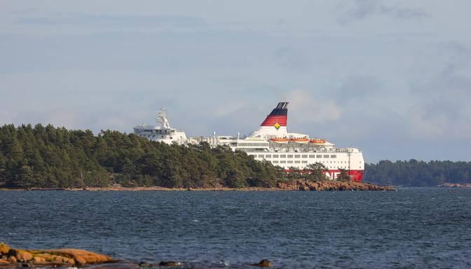 Baltijas jūrā netālu no Olandes uz sēkļa uzskrējis prāmis ar 280 cilvēkiem
