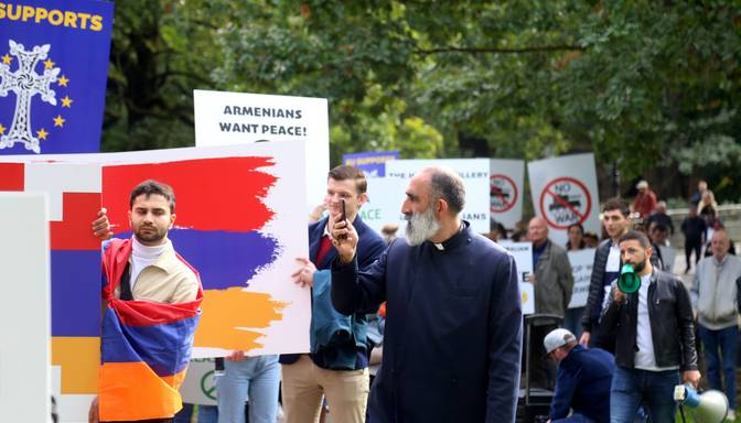 Aptuveni 100 cilvēku gājienā aicina nekavējoties pārtraukt karadarbību Kalnu Karabahā