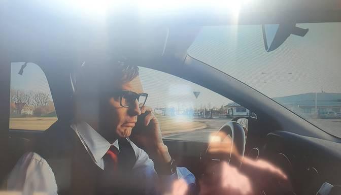 Seriāls māca, ka braukt pie stūres un runāt pa telefonu ir labi?