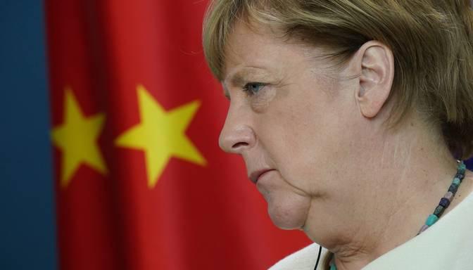 """Merkele kritizē Ķīnas """"nežēlīgo izturēšanos"""" pret minoritātēm"""