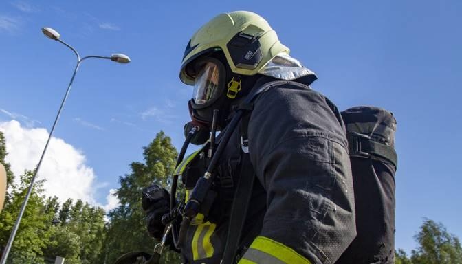 Rīgā no ugunsgrēka piecstāvu dzīvojamā mājā izglābti 16 cilvēki