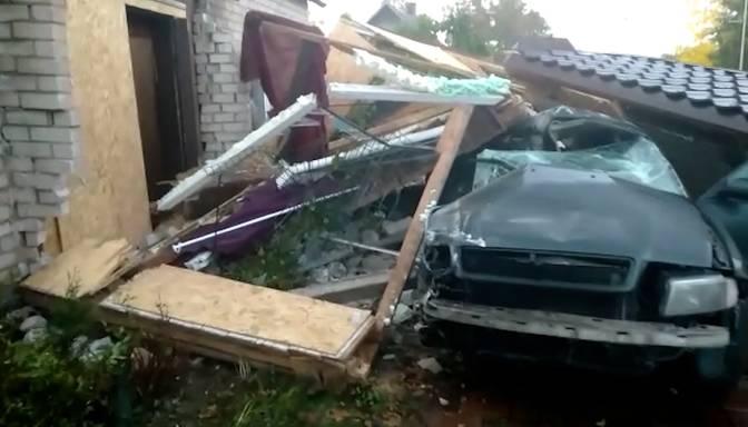 """""""Sieva kliedza, ka notikusi avārija, māja sagāzta! """"Audi"""" daļēji sagrauj māju Viļānos, šoferis mirst avārijas vietā"""