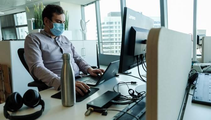 Nespējot kontrolēt Covid-19 izplatību, varētu ierobežot alkohola tirdzniecību un likt valkāt maskas arī darbavietās