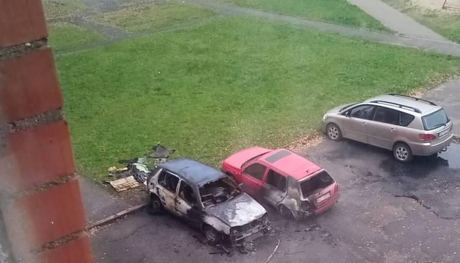 Iedzīvotājs bažījas – vandaļi nakts aizsegā aizdedzina auto un izposta citu īpašumu