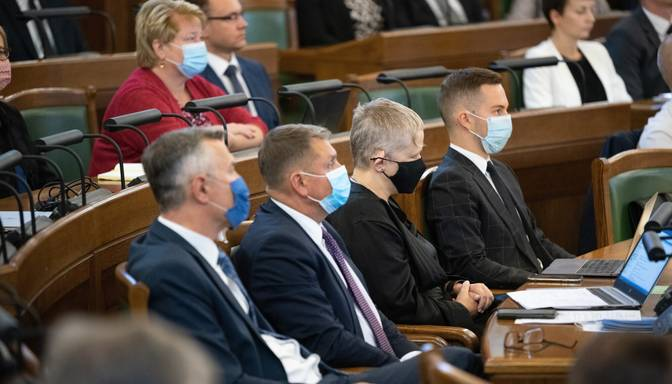 Saeima konceptuāli atbalsta naudas sodu līdz 50 eiro par mutes un deguna aizsega nelietošanu