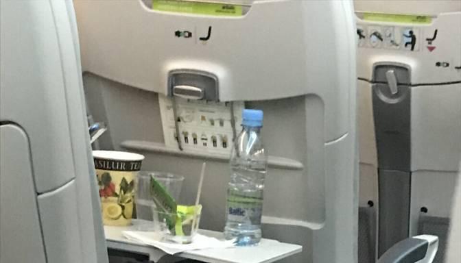 Kāpēc šobrīd lidmašīnās piedāvā ēdienus un dzērienus, apdraudot pārējos pasažierus?