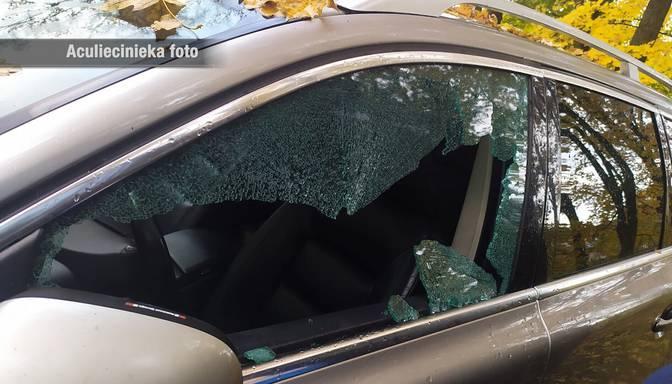 """Rūdīts zaglis Juglā vairākiem """"Volvo"""" spēkratiem izsitis stiklus un nozadzis lukturus"""