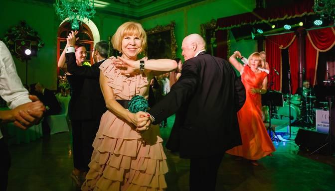 """Foto: izsmalcināta publika līksmo krāšņajā """"Rīgas ballē"""""""