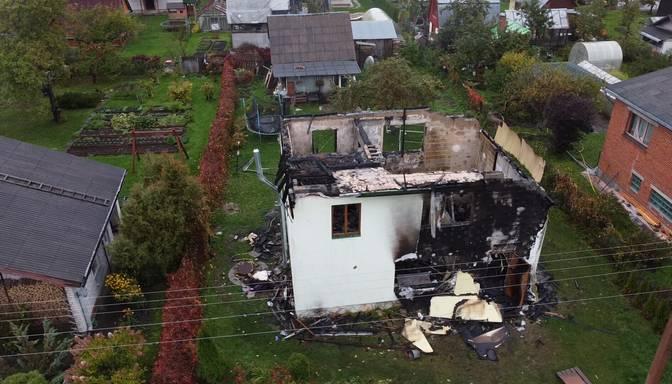 """""""Liesma bija briesmīga, gandrīz līdz debesīm!"""" Postošs ugunsgrēks atņem ģimenei māju un visu iedzīvi"""