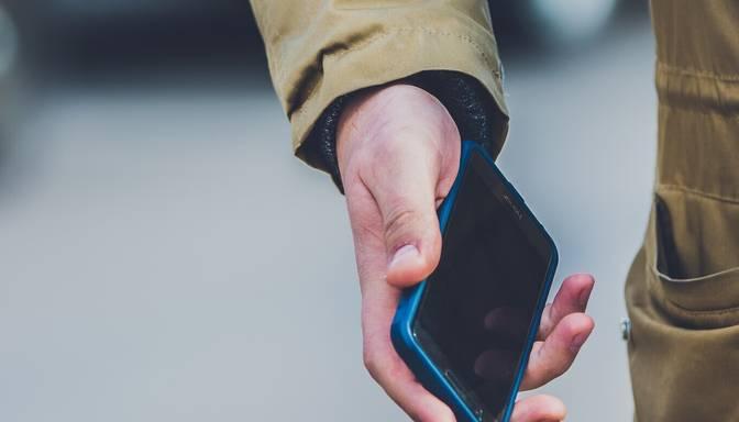 Aplaupa gaišā dienas laikā: ļaundaris mazai meitenei Rīgā uz ielas no rokām izrauj telefonu
