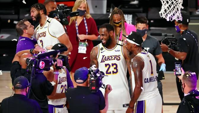 """""""Lakers"""" uzvar """"Heat"""" un kļūst par NBA čempioniem, Džeimss izcīna savu ceturto titulu"""
