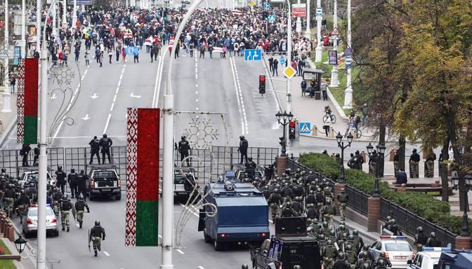 Minskā daudzi tūkstoši protestētāju pieprasa Lukašenko atkāpšanos