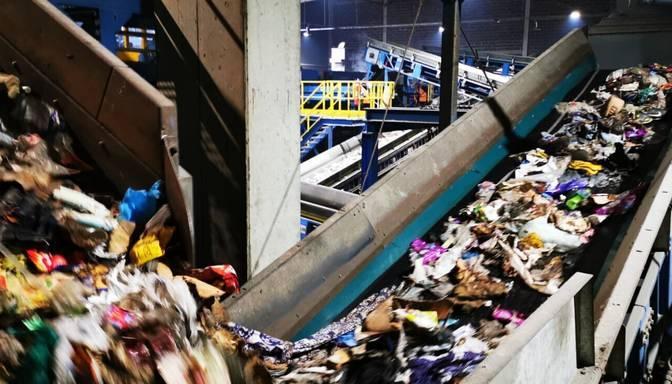"""Bīstamie atkritumi mēdz sprāgt un aizdegties uz šķirošanas līnijām """"Getliņos"""""""